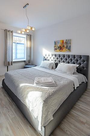 """Розташовані на першому поверсі апартаменти-студіо з двоспальним ліжком розміру """"king-size"""", 1-кімнатна, 004"""