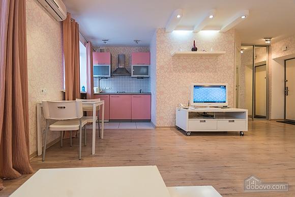 Pink spacious studio apartment with jacuzzi and balcony, Studio (91979), 010