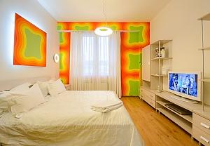 Двомісний номер Жовтий з одним ліжком та гідромасажною ванною на верхньому поверсі, 1-кімнатна, 001