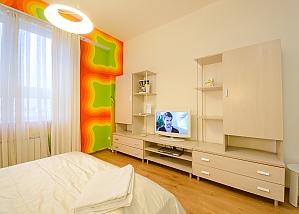 Двомісний номер Жовтий з одним ліжком та гідромасажною ванною на верхньому поверсі, 1-кімнатна, 004