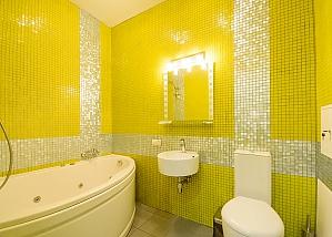 Двомісний номер Жовтий з одним ліжком та гідромасажною ванною на верхньому поверсі, 1-кімнатна, 009
