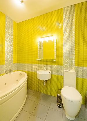 Двомісний номер Помаранчевий з одним ліжком та гідромасажною ванною, верхній поверх, 1-кімнатна, 002
