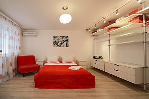 Red and White studio apartment with balcony and kitchenette, Studio, 001