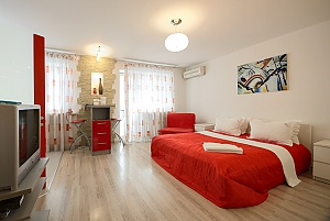 Red and White studio apartment with balcony and kitchenette, Studio, 004