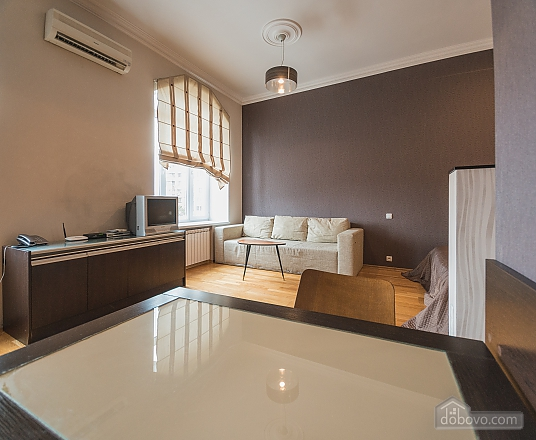 Spacious street view studio apartment with jaсuzzi and sofa bed, Studio (92441), 004