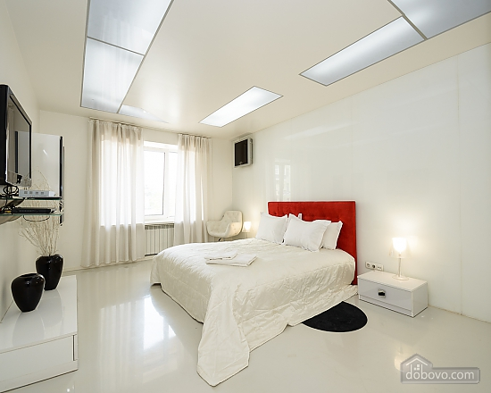 White spacious one-bedroom apartment with kitchen and jaсuzzi, One Bedroom (68634), 003