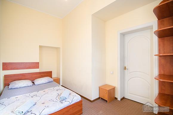 Квартира в самом центре, 2х-комнатная (88288), 003