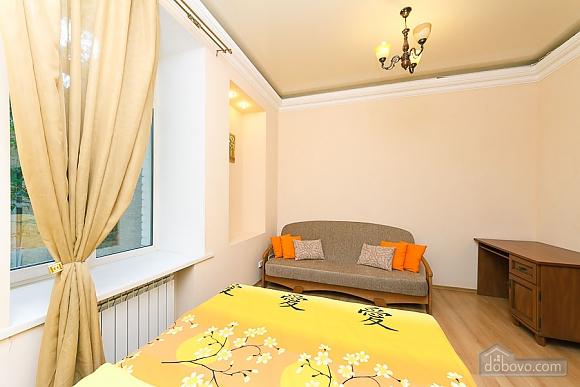 Комфортна квартира біля Майдану, 3-кімнатна (23663), 009