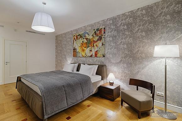 Комфортабельная квартира в центре, 2х-комнатная (88880), 001