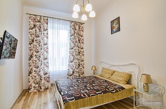 Светлая квартира в центре, 2х-комнатная (17917), 001