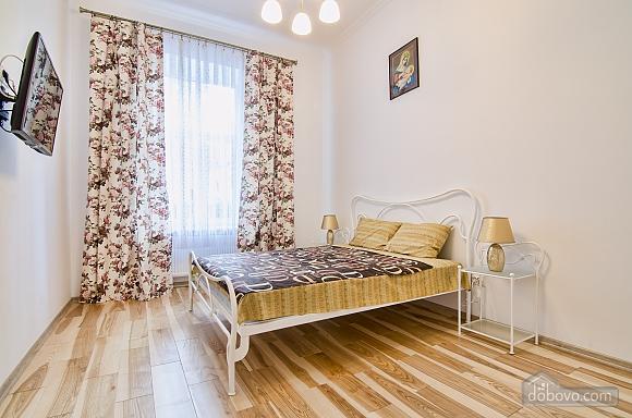Светлая квартира в центре, 2х-комнатная (17917), 002
