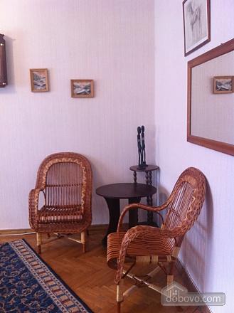 Квартира з старовинними стільцями, 1-кімнатна (38893), 002