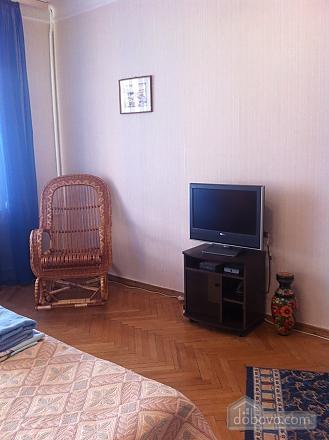 Квартира з старовинними стільцями, 1-кімнатна (38893), 001