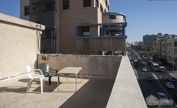 On the embarkment of Tel Aviv, Un chambre (63058), 011