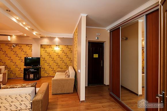Апартаменты в центре, 3х-комнатная (70874), 002