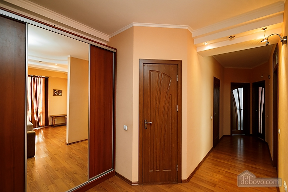 Апартаменти в центрі, 3-кімнатна (70874), 011