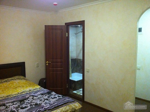 Room with big bed in cozy Hostel Club, Studio (98473), 002