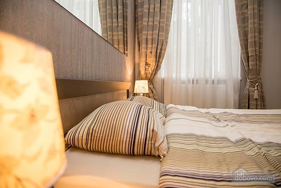 Апартаменти в пару хвилинах від Оперного театру, 2-кімнатна (26673), 002