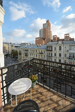 Modern street view studio apartment with balcony and shower, Studio, 014