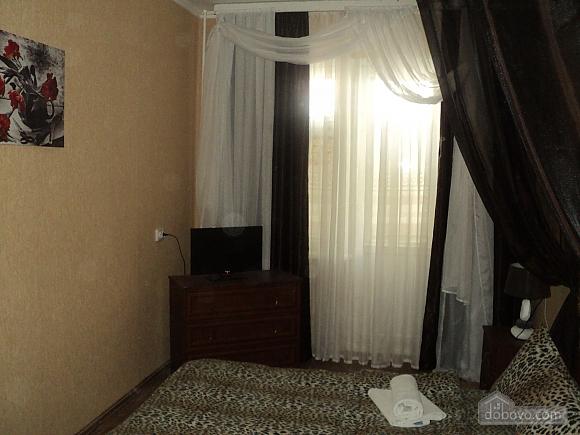 Квартира рядом с центральным рынком, 2х-комнатная (15796), 002