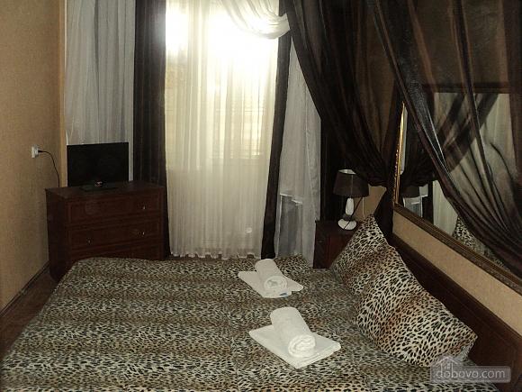 Квартира рядом с центральным рынком, 2х-комнатная (15796), 003