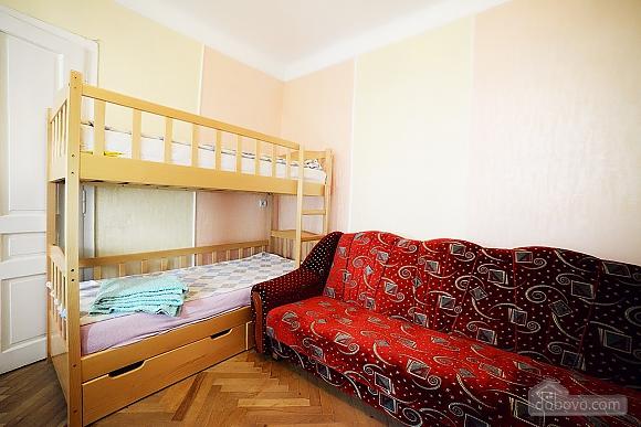 Квартира в центрі з затишним квітучим двориком, 2-кімнатна (62644), 001