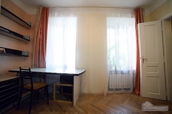 Квартира в центрі з затишним квітучим двориком, 2-кімнатна (62644), 008