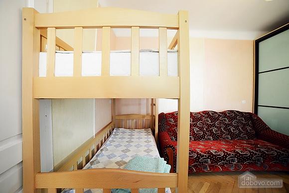 Квартира в центрі з затишним квітучим двориком, 2-кімнатна (62644), 010