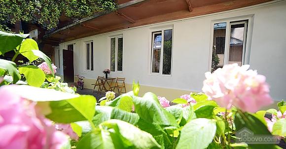 Квартира в центрі з затишним квітучим двориком, 2-кімнатна (62644), 011