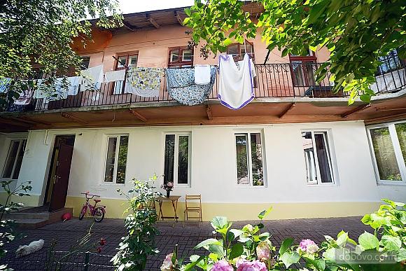 Квартира в центрі з затишним квітучим двориком, 2-кімнатна (62644), 012