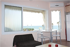 Views of Mediterranean sea, Un chambre, 002