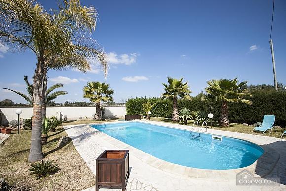 Вилла с бассейном и садом, 5ти-комнатная (55699), 001