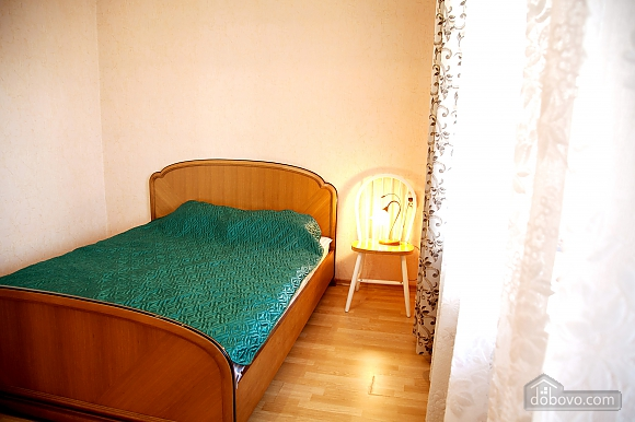 Простора двокімнатна квартира біля метро Харківська, 2-кімнатна (79743), 001