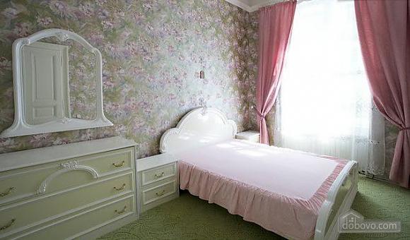 Уютная квартира в центре, 3х-комнатная (67537), 001