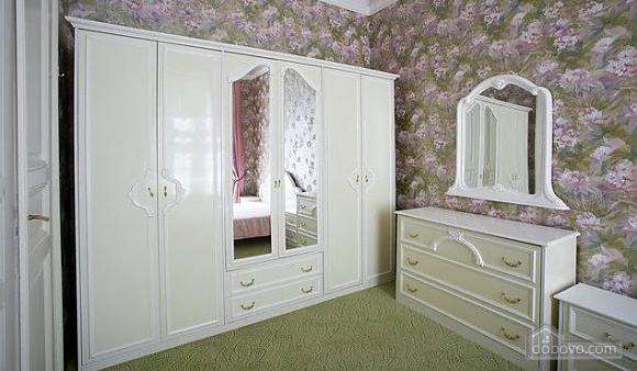 Уютная квартира в центре, 3х-комнатная (67537), 002