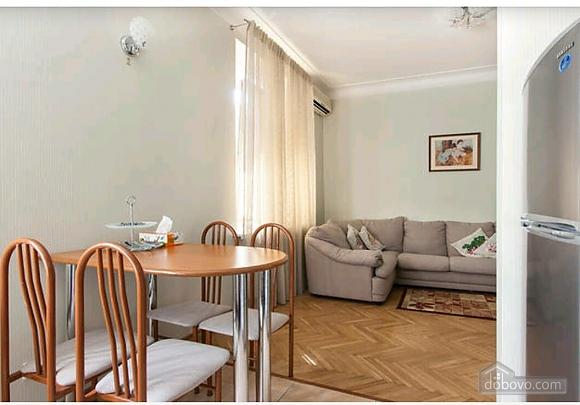Квартира в центре, 2х-комнатная (44040), 002