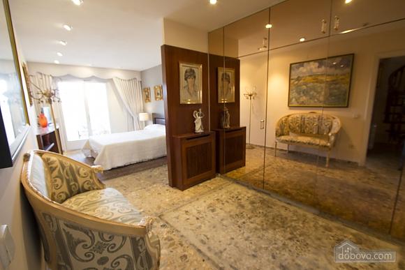 Carmen Abrera, Cinq chambres (72664), 040