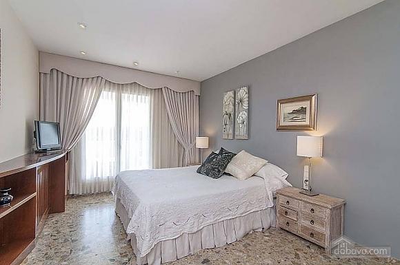 Carmen Abrera, Cinq chambres (72664), 045