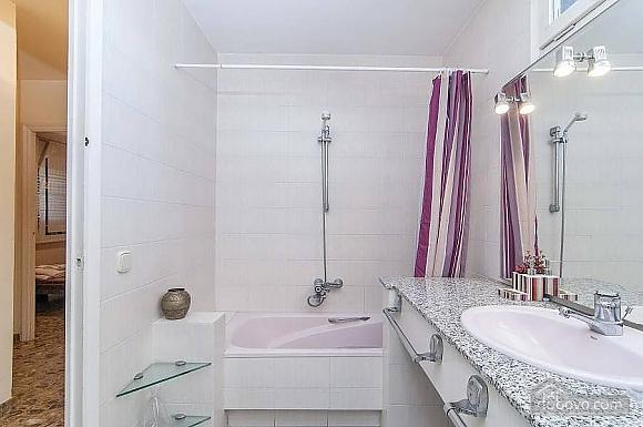 Carmen Abrera, Cinq chambres (72664), 051