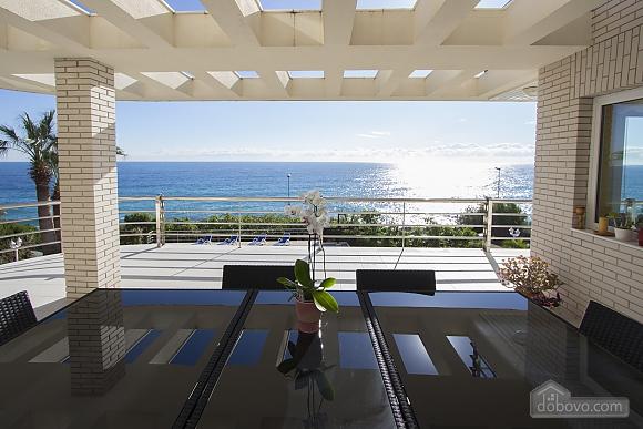 Lucia Tarragona, Cinq chambres (57027), 010