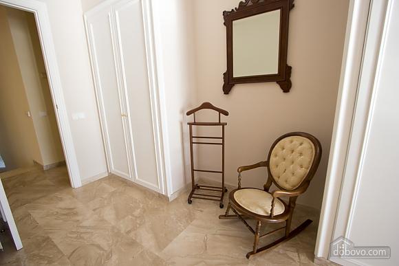 Lucia Tarragona, Cinq chambres (57027), 022