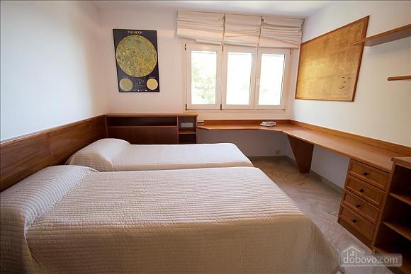 Lucia Tarragona, Cinq chambres (57027), 030