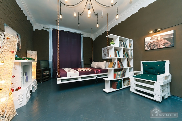 Art-house Loft and bed on chains, Un chambre (30450), 009