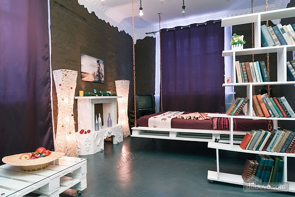 Art-house Loft and bed on chains, Un chambre (30450), 010