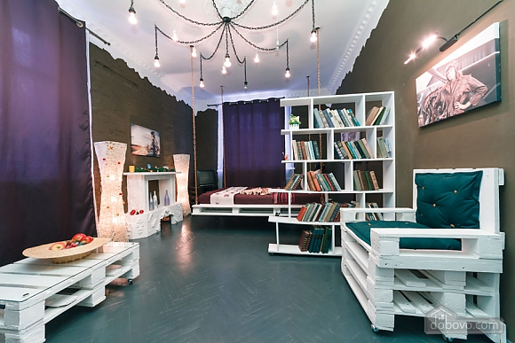 Art-house Loft and bed on chains, Un chambre (30450), 012