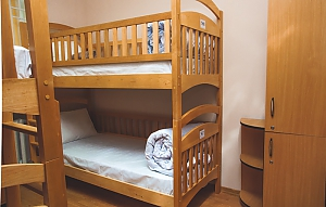 A bed in 8-bed female room, Six (+) chambres, 001