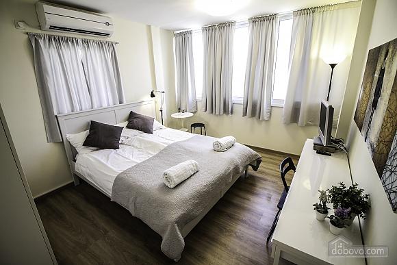 Sea-breeze III renovated Tel Aviv beach apartment, Due Camere (71697), 001
