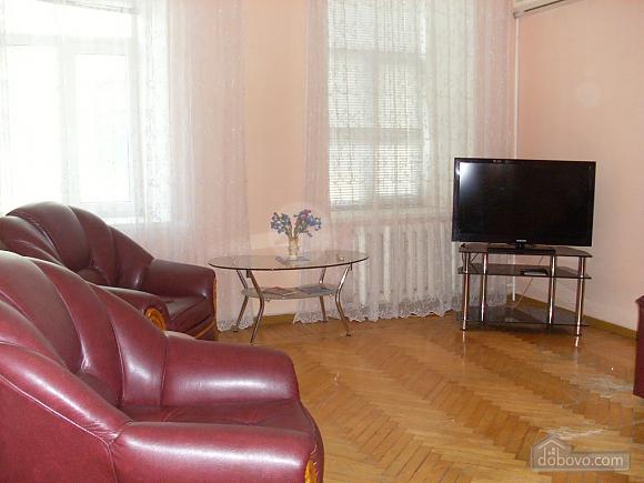 Квартира возле городского сада, 2х-комнатная (76009), 002