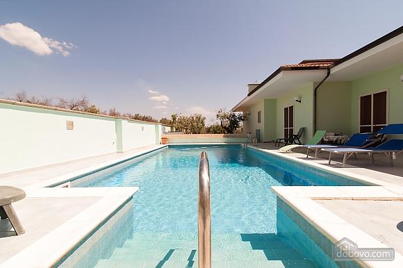 Вилла с бассейном и просторным садом, 2х-комнатная (85365), 004