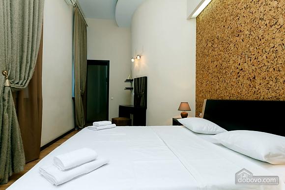 Квартира в центре города, 2х-комнатная (64646), 002